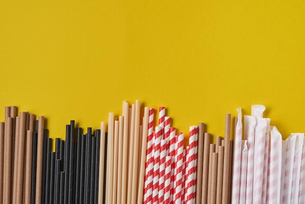종이와 옥수수 녹말로 만든 음료 튜브, 노란색 트렌드 색상 2021 배경에 생분해 성 재료. 제로 폐기물 및 플라스틱 무료 개념. 평면도.