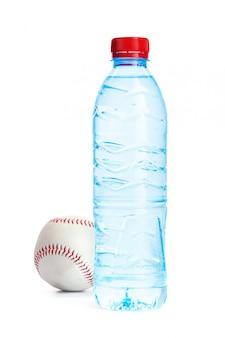 飲料水の概念。分離された水のボトル