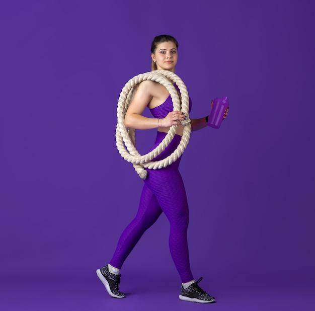 병으로 식수. 연습, 흑백 보라색 초상화 아름 다운 젊은 여성 운동 선수. 로프가 달린 스포티 한 핏 모델. 바디 빌딩, 건강한 라이프 스타일, 아름다움과 행동 개념.
