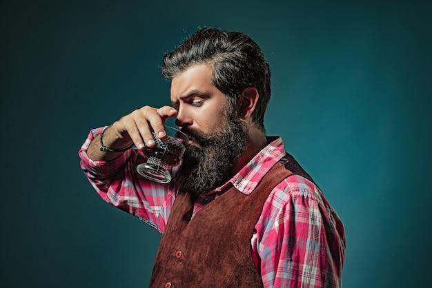 ウイスキーまたはブランデーまたはコニャックをすすりながらウイスキーを飲む