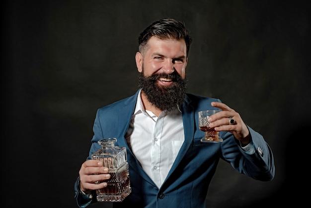 ウイスキーまたはブランデーまたはコニャックのテイスティングとデグステーションのコンセプトの高級アルコール飲料を飲む