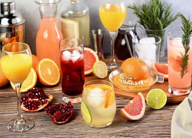 さまざまな柑橘系の果物を使ったジンベースのドリンクとカクテル