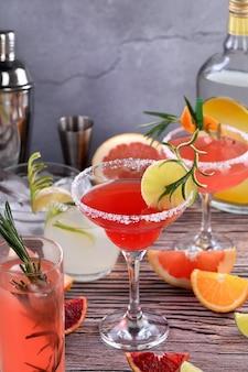 テキーラベースのさまざまな柑橘系の果物と飲み物やカクテル