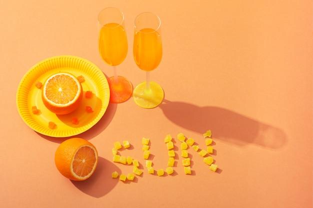 음료와 오렌지 하이 앵글