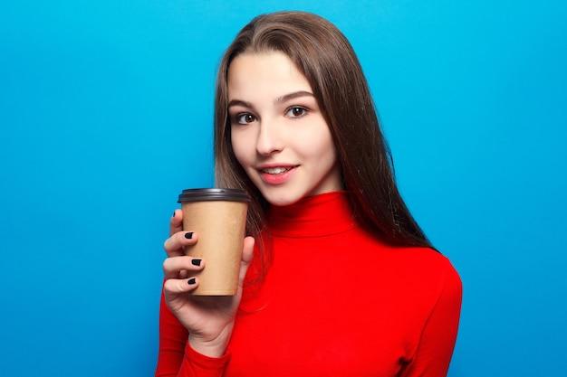 음료, 감정, 사람, 아름다움, 라이프스타일 개념 - 파란색 스튜디오 배경에 빨간 블라우스를 입은 감정적인 행복한 아름다운 여성이 웃고, 긍정적이고, 즐기는 아침 음식