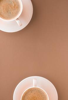 음료 메뉴 이탈리아 에스프레소 레시피와 베이지 색 배경에 아침 음료 flatlay 컵으로 뜨거운 커피의 유기농 상점 개념 컵