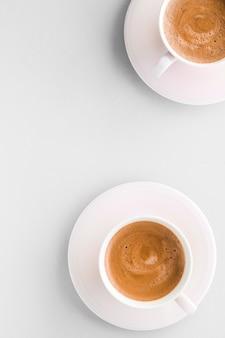 음료 메뉴 이탈리아 에스프레소 레시피와 흰색 배경에 아침 음료 flatlay 컵으로 뜨거운 프랑스 커피의 유기 상점 개념 컵