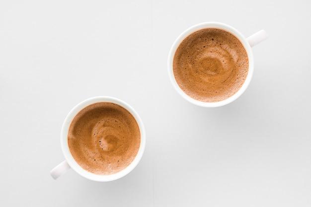 飲み物メニューイタリアのエスプレッソレシピと朝食としてホットフレンチコーヒーのオーガニックショップコンセプトカップ白い背景の上のフラットレイカップを飲む