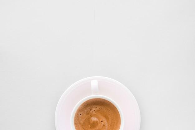 Меню напитков рецепт итальянского эспрессо и концепция органического магазина горячего французского кофе, как завтрак, напитки плоские чашки на белом фоне