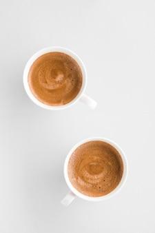 Меню напитков рецепт итальянского эспрессо и концепция органического магазина горячего французского кофе в виде плоских чашек для завтрака на белой поверхности