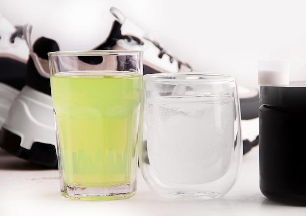 운동화의 배경에 있는 음료. 스포츠에서 적절한 영양의 개념