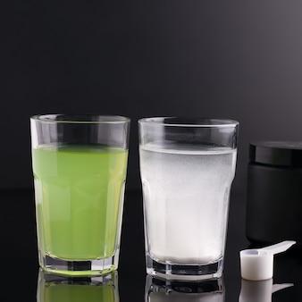 검정색 배경에 안경을 쓴 피트니스에 유용한 음료