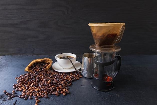 검은 배경에 드립 블랙 커피