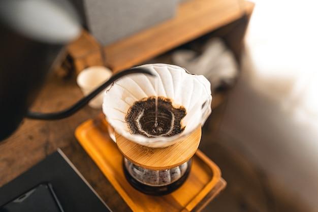 드립 커피, 바리스타가 필터가 있는 커피 그라운드에 물을 붓고, 커피를 끓입니다.