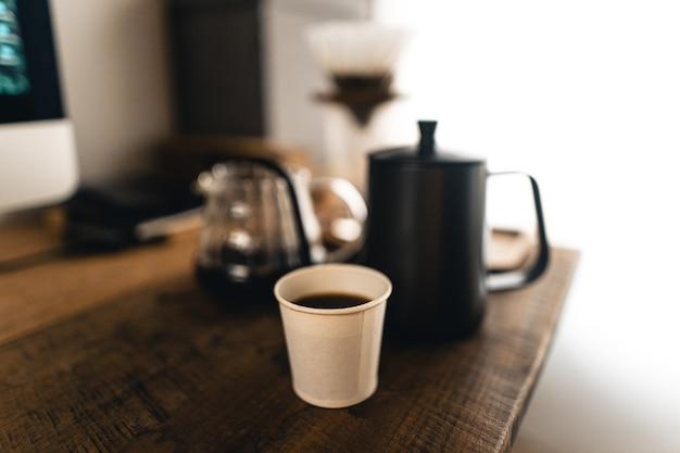 Капельный кофе, бариста наливает воду на кофейную гущу с фильтром, заваривает кофе