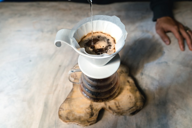 드립 커피, 필터가있는 커피 그라운드에 물을 붓는 바리 스타, 커피 추출