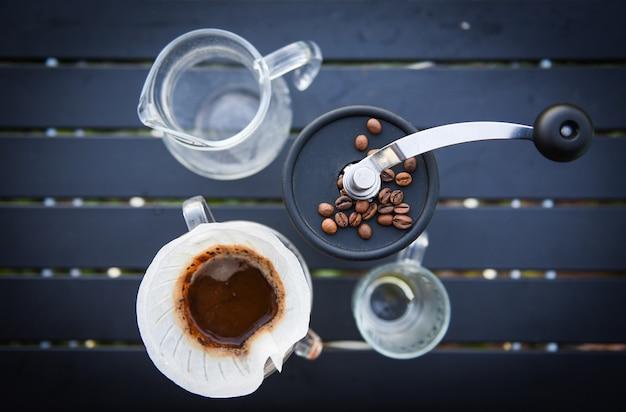 드립 커피 바리 스타가 여과 된 브루 잉에 물을 붓고, 컵 핸드 드립 커피를 만듭니다.