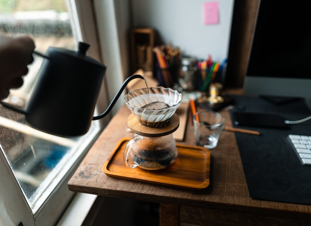 家の中でドリップコーヒー、ドリップコーヒーの上にお湯を注ぐ