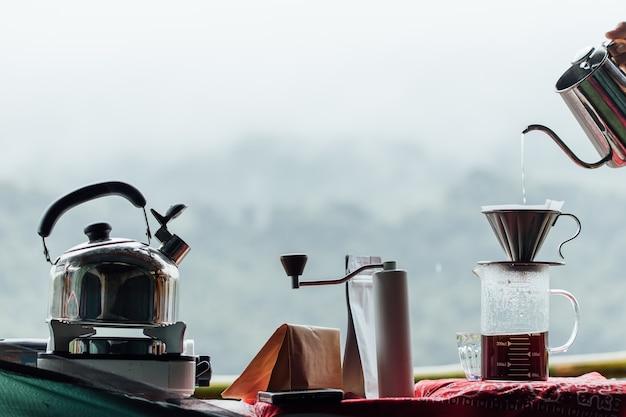 자연 배경에서 드립 커피