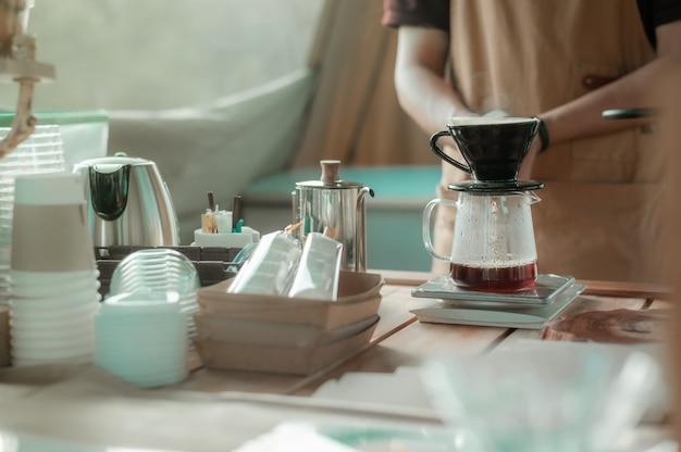 나무 테이블에 설정된 드립 커피 메이커