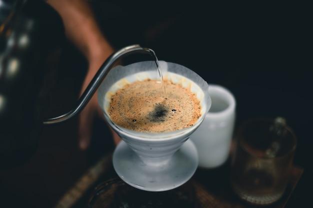 커피숍 어두운 톤의 테이블에 커피 드립