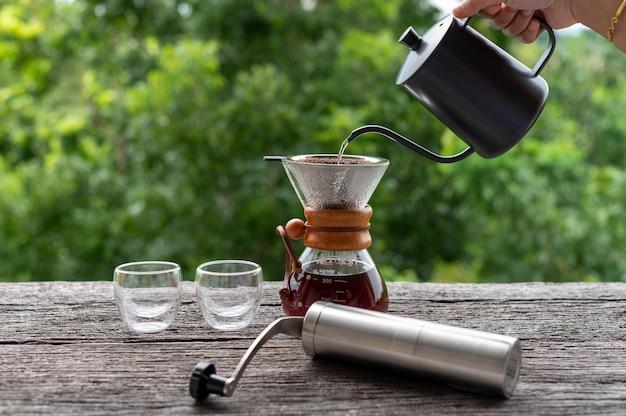 나무 테이블에 장비가 있는 드립 커피, 야외