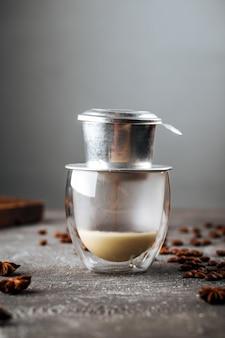 스타 아니스로 장식 된 유리 컵에 드립 또는 추출한 커피