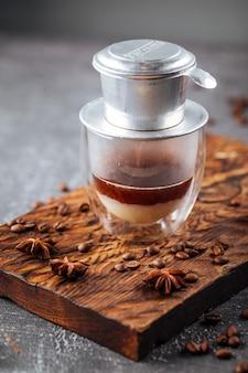 스타 아니스와 함께 유리 컵에 드립 또는 추출한 커피