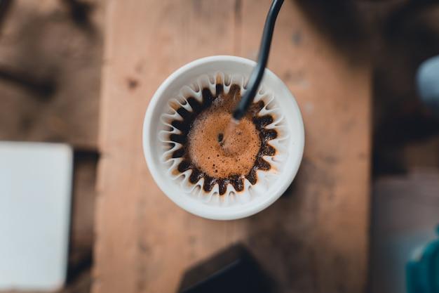집에서 떨어지는 커피