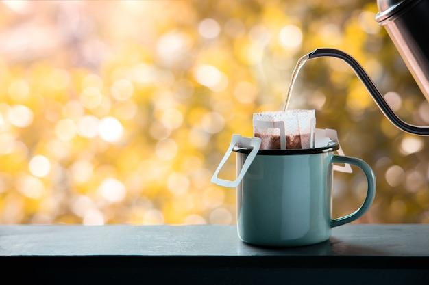 아침에 야외에서 떨어지는 커피