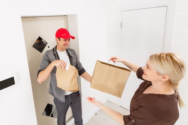 オンライン食料品の買い物注文を配達するドライバー