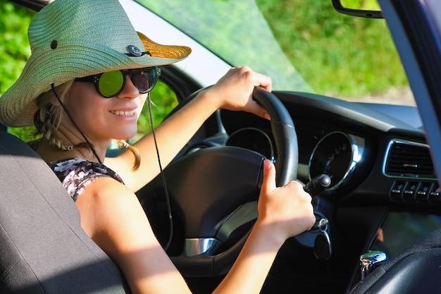 Водитель за рулем автомобиля на дороге