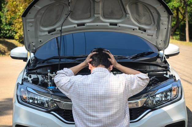 Водитель испытывает стресс из-за того, что автомобиль не заводится.