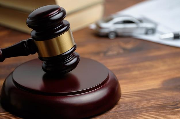 裁判官ハンマーの横にある運転免許取り消しのコンセプト