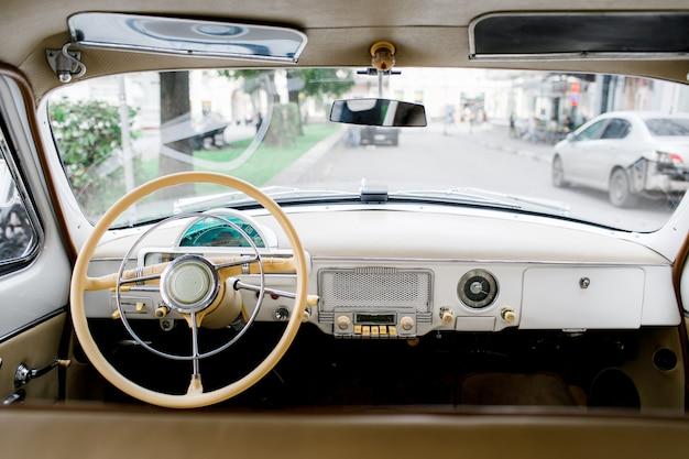 クラシックカーのドライバーのコックピット。古い車のインテリア