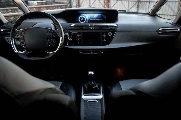 車の運転席。車のインテリア。