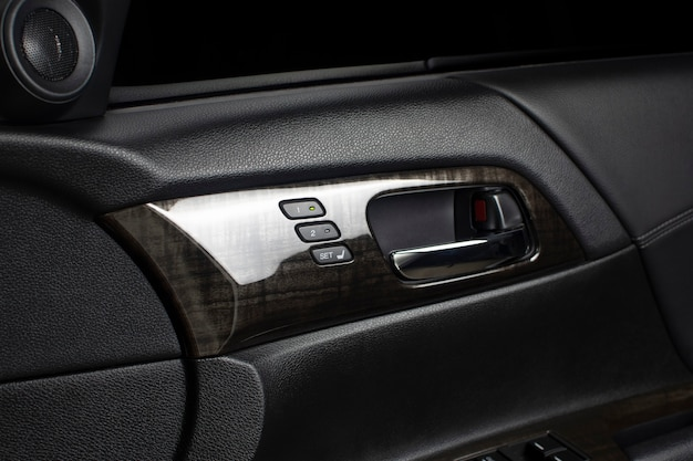 Кнопка памяти сиденья водителя с двумя системами памяти для быстрой регулировки наклона и хромированной дверной ручкой внутри роскошного автомобиля