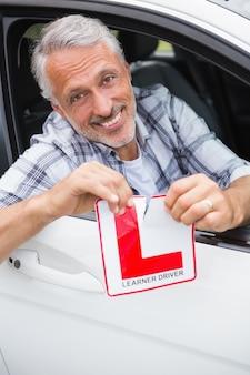 運転手が車内で笑い、裂ける