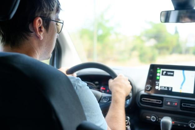 ナビゲーターで車で旅行するドライバー