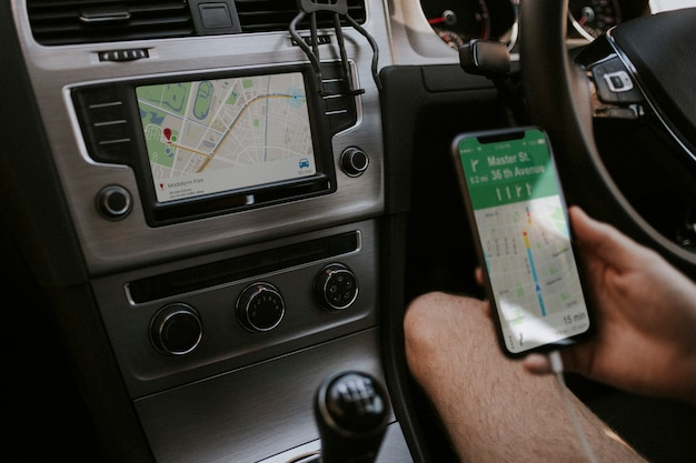 내비게이션을 위해 휴대폰을 사용하는 운전자