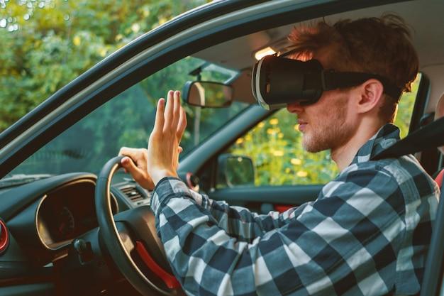 Водитель в очках vr в своей машине