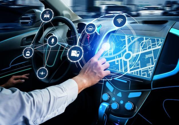 Интерьер автомобиля без водителя с футуристической приборной панелью для автономной системы управления Premium Фотографии