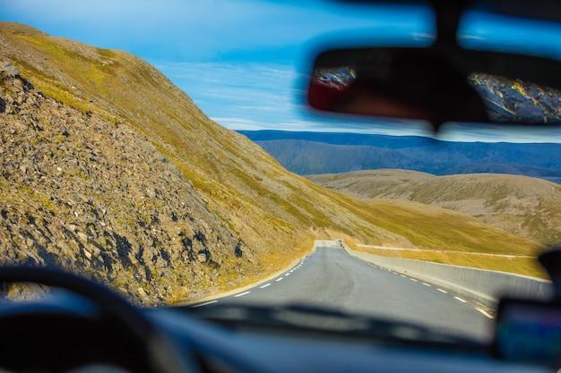 山道で車を運転する。ノールカップへの道。ノルウェー、マゲロヤ島