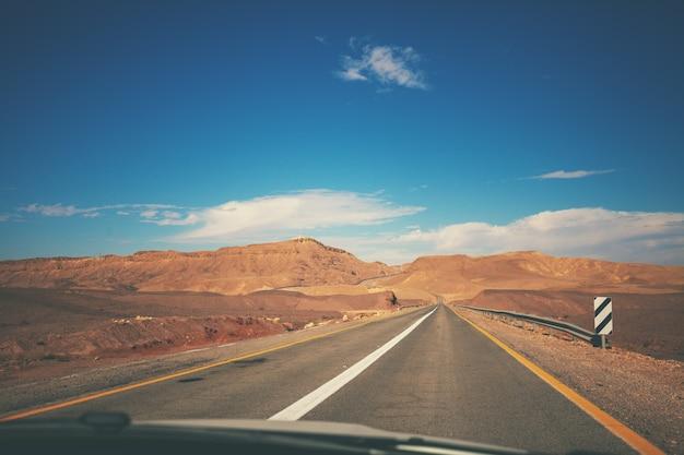 산 이스라엘 도로에서 자동차 운전 사막 풍경 빈 도로