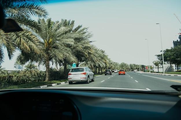 高速道路の交通量でアラブ首長国連邦の大都市ドバイで車を運転する