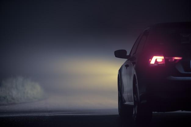 濃い霧で夜に運転する