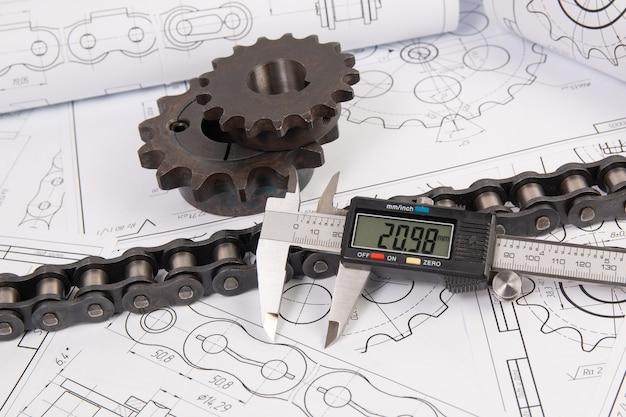 印刷エンジニアリング図面で産業用ローラーチェーン、デジタルノギス、スプロケットを駆動する