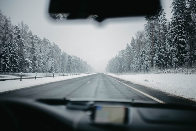 車内の雪に覆われた冬の道を運転
