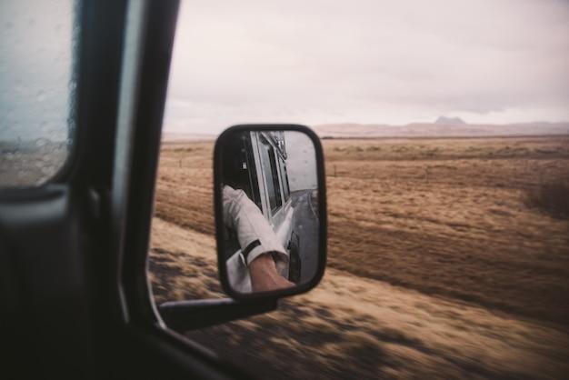 アイスランドの道を運転し、アイスランドでツアー