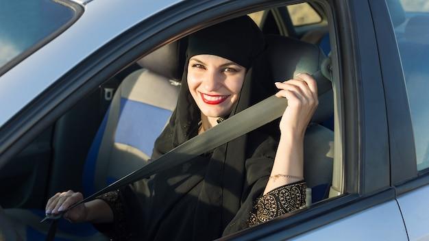 Безопасность вождения в мусульманских странах. концептуальная фотография.
